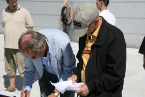 Leder i OSS, Ole Christian Moen og formann i Nordstrand, Jussi Dyrnes, fungerte også som lagledere. Her vsetter de opp lagene.