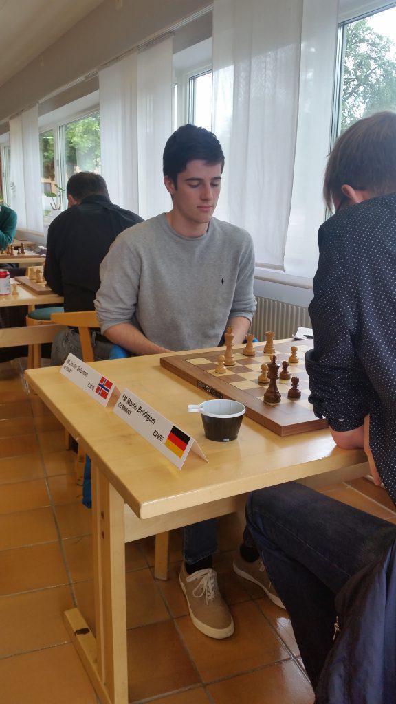 Johan mot FM Martin Bruedigam i siste runde (Foto: Sören Svensson)